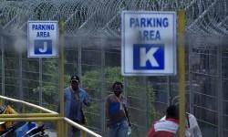 Pekerja PT Freeport memasuki Kawasan Terminal Gorong-Gorong, Timika, Papua, Minggu (30/4).