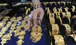 Pekerja sedang menata perhiasan emas di Jakarta, Jumat (20/11).