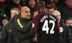 Pelatih Manchester City, Pep Guardiola (kiri) memberikan instruksi kepada Yaya Toure pada laga Liga Primer lawan Crystal Palace di Selhurst Park, Sabtu (19/11). City menang 2-1 pada laga ini.