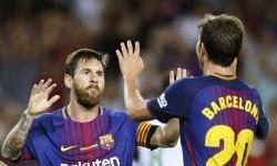 Pemain Barcelona Sergi Roberto (kanan) merayakan golnya dengan rekan timnya Lionel Messi dalam pertandingan La Liga melawan Real Betis di Camp Nou, Barcelona, (21/8).