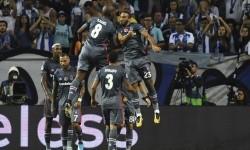 Pemain Besiktas Cenk Tosun (kanan) merayakan golnya ke gawang Porto di Liga Champions, Kamis (14/9) dini hari WIB.