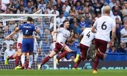 Pemain Burnley Stephen Ward merayakan gol ke gawang Chelsea.