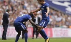 Pemain Chelsea Marcos Alonso (kanan) merayakan kemenangan dengan rekan setimnya Victor Moses usai mencetak gol melawan Tottenham Hotspur di Stadium Wembley, London, (20/8).