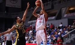 Pemain Garuda Bandung Surliyadin hendak melepaskan tembakan dijaga oleh pemain Bima Perkasa Jogja Oleh Halim.