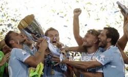 Pemain Lazio merayakan kemenangan setelah meraih trofi Piala Super Itali setelah mengalahkan Juventus di Stadium Olimpico Roma, Ahad (13/8).