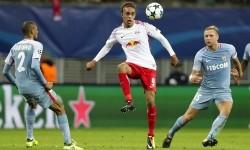 Pemain Leipzig Yussuf Poulsen (tengah) dijaga dua pemain AS Monaco dalam pertandingan Grup G Liga Champions, Kamis (14/9) dini hari WIB.