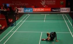 Pemain Mutiara Cardinal, Firman Abdul Kholik sampai jatuh bangun untuk mengalahkan pemain PB Djarum Kudus, Ihsan Maulana Mustofa di babak semifinal Djarum Superliga Badminton 2017, Jumat (25/2).