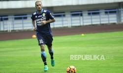 Pemain Persib Bandung Raphael Maitimo melakukan pemanasan saat melawan Persika Karawang pada pertandingan uji coba di Stadion Gelora Bandung Lautan Api (GBLA), Kota Bandung, Rabu (5/4).
