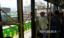 Pemandangan dari atas bus Transjakarta di koridor 13.