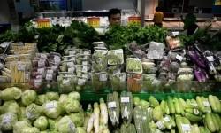 Pembeli memilih produk holtikultura yang dijual di salah satu pasar swalayan di Jakarta,Rabu (25/2).