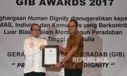 Pemimpin Harian Republika Irfan Djunaidi (kanan) menerima penghargaan Gerakan Indonesia Beradab (GIB) Award 2017 dari Presiden GIB Bagus Riyono di Auditorium Djokosoetono, Fakultas Hukum UI, Depok, Jabar, Sabtu (22/7).
