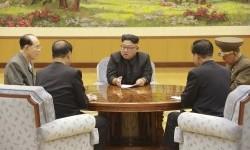 Pemimpin Korea Utara Kim Jong Un (tengah).