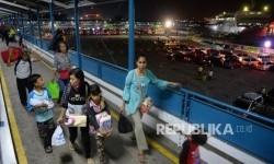 Pemudik antre memasuki kapal Ro-Ro di Dermaga 3 Pelabuhan Merak, Banten, Kamis (22/6) malam.