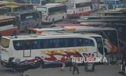 Pemudik memasuki bus di Terminal Pulo Gebang, Jakarta Timur, Rabu (21/7).