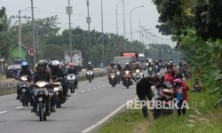 Pemudik yang menggunakan sepeda motor beristirahat Jalan Pantura di Lohbener, Indramayu, Jabar, Rabu (21/6).