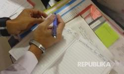 Pencatatan data di Klinik Kesehatan Haji Indonesia (KKHI) di Madinah, Arab Saudi, Ahad (6/8).