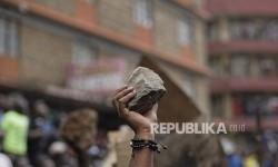 Pendukung partai oposisi membawa batua dalam unjukrasa memprotes hasil pemilu presiden di Nairobi, Kenya, Sabtu (12/8).