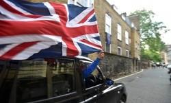 Pengemudi taksi mengibarkan bendera Inggris usai keluar keputusan jajak pendapat yang menyebut Inggris memilih keluar dari Uni Eropa.