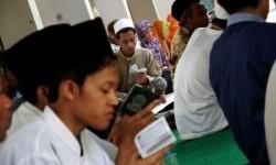 Penghafal Alquran atau hafidz melantunkan ayat suci di komplek makam Pondok Pesantren Tebuireng, Jombang, Jawa Timur, Sabtu (26/12).