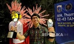 Penghargaan MH Thamrin utuk Artikel Umum. Jurnalis Republika Ronggo Astungkoro menunjukan piala usai penganugerahan penghargan MH THamrin di Balai Agung, Balaikota Jakarta, Rabu (20/9).