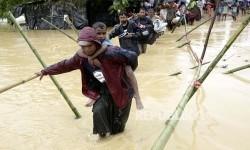 Pengungsi melintasi sungai yang meluap di kamp pengungsi Rohingya di Cox's Bazaar, Bangladesh (Ilustrasi)