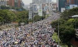 Pengunjuk rasa antipemerintah memenuhi sebuah jalan tol di Caracas, Venezuela.