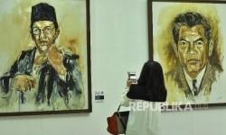 Pengunjung melihat-lihat lukisan Tokoh Indonesia di Epiwalk Epicentrum, Jakarta, Senin (14/8).