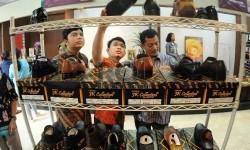 Pengunjung melihat sepatu kulit yang dijual dalam pameran produk unggulan Industri Kecil dan Menengah (IKM) di Plasa Pameran Industri, Kementerian Perindustrian, Jakarta, Selasa (16/6).(Republika/Agung Supriyanto)