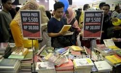 Pengunjung memadati stand buku di Pameran Islamic Book Fair (Ilustrasi)