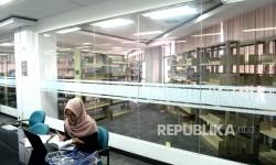 Pengunjung membaca buku di Perpustakaan Nasional, Jakarta, Rabu (17/5).