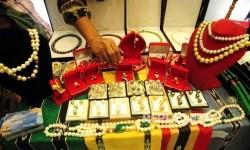 Pengunjung memperhatikan salah satu produk kreatif yang dipamerkan dalam pameran ekonomi kreatif Usaha Mikro Kecil Menengah (UMKM) binaan BI di Balai Kartini, Jakarta, Jumat (26/8).