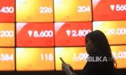 Pengunjung mengamati pergerakan Indeks Harga Saham Gabungan (IHSG) pada layar pergerakan saham di Gedung Bursa Efek Indonesia (BEI) Jakarta, Jumat (2/6).