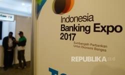 Pengunjung mengamati salah satu booth dalam acara Indonesia Banking Expo (IBEX) 2017 di JCC Senayan, Jakarta, Selasa (19/9).