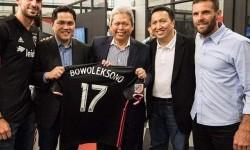 Pengusaha Erick Thohir bersama Kapten DC United Steve Birnbaum dan pelatih DC United Ben Olsen saat meresmikan pembangunan Stadion Audi Field