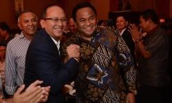 Pengusaha, Rosan P. Roeslani (kiri) berjabat tangan bersama pengusaha Rachmat Gobel (kanan) saat deklarasi Calon Ketua Kadin 2015-2020 di Jakarta, Sabtu (21/11) malam.