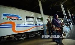 Penumpang berjalan dibelakang gerbong kereta api pembangkit argo Parahyangan jurusan Bandung-Jakarta berbahan bakar Liqufied Natural Gas (LNG), di Stasiun Bandung, Kota Bandung, Selasa (20/12).