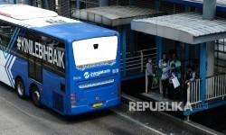 Bus Transjakarta menaikan dan menurunkan penumpang (ilustrasi)