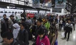 Penumpang kereta api Serayu dari Purwokerto tiba di Stasiun Pasar Senen, Jakarta, Minggu (16/4).