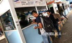 Penumpang membeli tiket kapal feri di loket tambahan Pelabuhan Merak, Banten, Selasa (20/6).