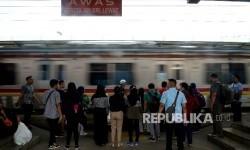 Penumpang menunggu kereta commuter line di Stasiun Manggarai, Jakarta (ilustrasi)