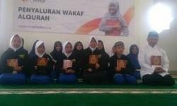 Penyaluran wakaf Alquran di Pedalaman Indonesia.