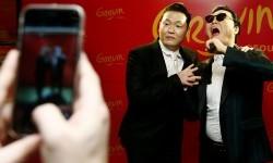 Penyanyi PSY berpose dengan patung lilin dirinya di Seoul, Korsel.