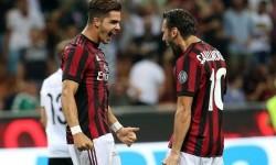 Gelanda AC Milan Hakan Calhanoglu (kanan) dan penyerang Andre Silva.