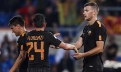 Penyerang AS Roma Edin Dzeko bersama rekan setimnya Alessandro Florenzi setelah melesakkan gol keduanya pada lanjutan Liga Italia Serie A di Stadion Olimpico, Sabtu (16/9). Roma mengalahkan Hellas Verona dengan skor 3-0.