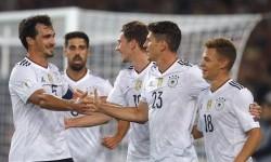 Penyerang timnas Jerman Mario Gomez (kedua kanan) merayakan golnya ke gawang Norwegia dalam laga kualifikasi Piala Dunia 2018. Jerman menang telak 6-0.