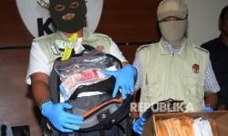 Penyidik KPK menunjukkan barang bukti hasil OTT di Gedung KPK, Jakarta, Sabtu (27/5). KPK menetapkan empat tersangka (dua dari BPK dan dua dari Kemendes) dari tujuh orang yang diamankan dari OTT KPK pada Jumat (26/5)