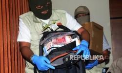 Penyidik KPK menunjukkan barang bukti hasil OTT di Gedung KPK, Jakarta, Sabtu (27/5).