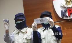 Penyidik KPK menunjukkan barang bukti terkait penangkapan Operasi Tangkap Tangan (OTT) Walikota Batu saat konferensi pers di Gedung KPK, Jakarta, Ahad (17/9).