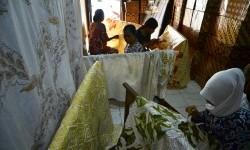 Perajin menyelesaikan proses pembuatan batik di industri rumahan batik di Kudus, Jawa Tengah, Minggu (29/2).