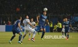 Perebutan bola pemain Persib dengan pemain Arema Cronus saat laga final piala Bhayangkara di Stadion Gelora Bung Karno, Jakarta, Ahad (3/4). Kedua tim akan berlaga pada kickoff Liga 1 2017.